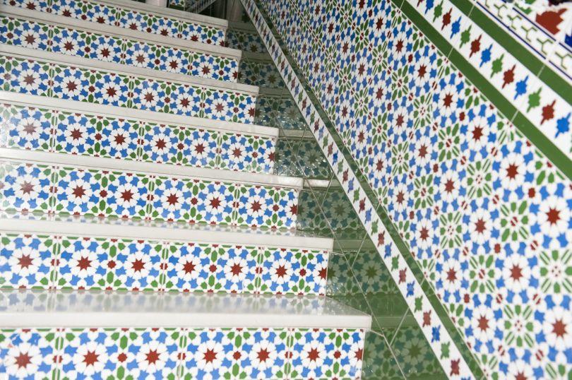 escalera azulejos pensión gala sevilla